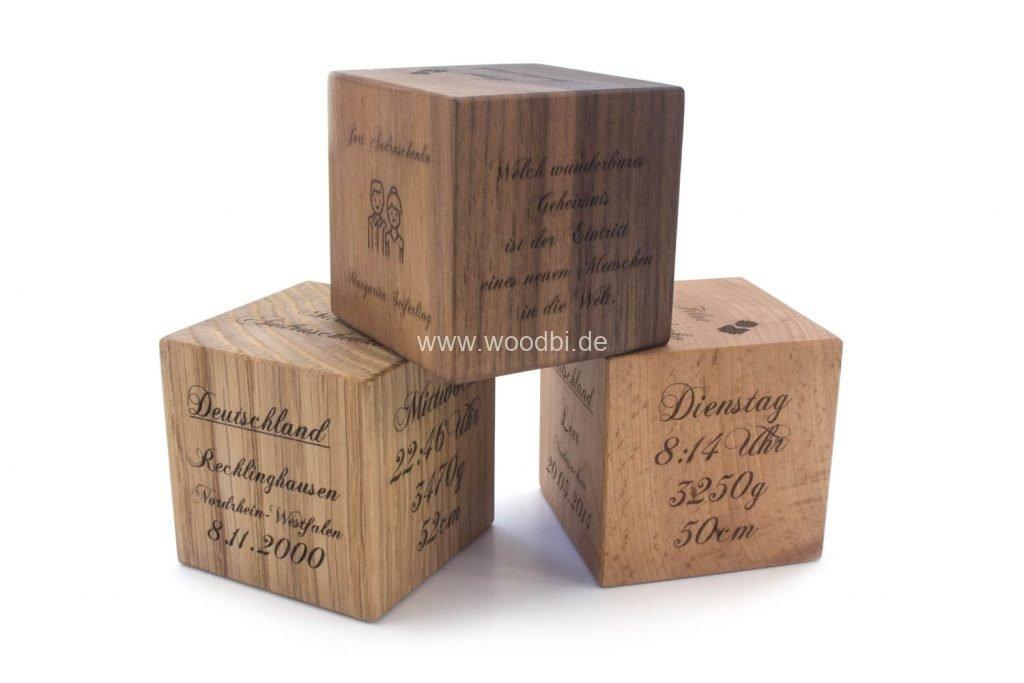 Würfel aus Holz mit Gravur