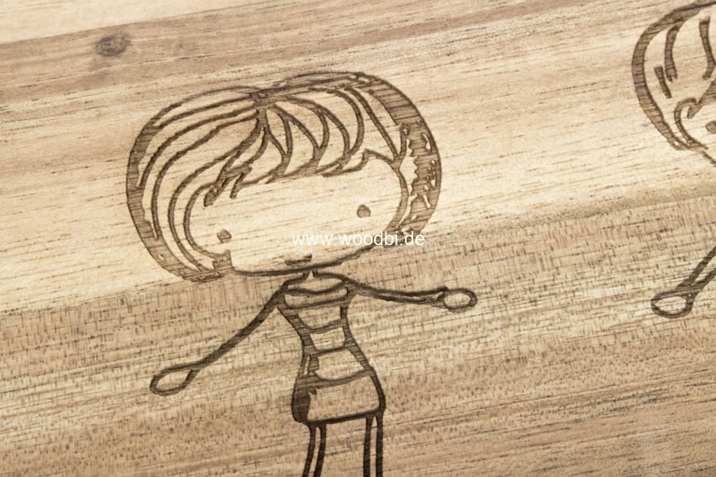 Gravur auf einem Akazienbrettchen Holz
